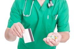 Doctor, médico o farmacéutico sosteniendo píldoras y la tarjeta de crédito Imágenes de archivo libres de regalías