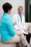Doctor maduro con el paciente femenino Imágenes de archivo libres de regalías