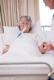 Doctor mayor con su paciente enfermo imagenes de archivo