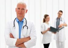 Doctor mayor con sus brazos cruzados Imagen de archivo libre de regalías