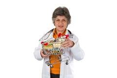 Doctor mayor de la mujer con la medicina Fotografía de archivo libre de regalías