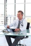 Doctor mayor en su oficina imagenes de archivo