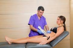 Doctor mesotherapy abdominal de la terapia del arma a la mujer Imagen de archivo libre de regalías