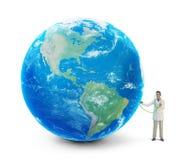 Doctor minúsculo con un globo ilustración del vector