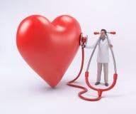 Doctor minúsculo que examina un corazón Fotos de archivo