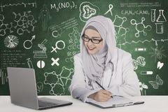 Doctor musulmán con garabatos en la pizarra Fotos de archivo libres de regalías