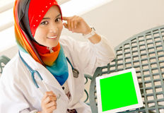 Doctor musulmán de sexo femenino Fotos de archivo