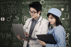 Doctor and nurse working at laboratory Royalty Free Stock Photography