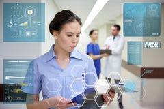 Doctor o enfermera de sexo femenino con el tablero en el hospital Imágenes de archivo libres de regalías