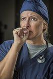 Doctor o enfermera de sexo femenino de mirada en cuestión Imagen de archivo libre de regalías