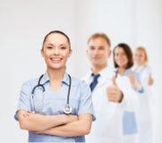 Doctor o enfermera de sexo femenino sonriente con el estetoscopio Fotografía de archivo libre de regalías