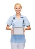 Doctor o enfermera de sexo femenino sonriente con PC de la tableta Fotografía de archivo libre de regalías