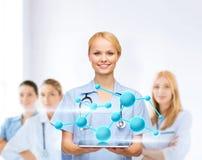 Doctor o enfermera de sexo femenino sonriente con PC de la tableta Foto de archivo libre de regalías