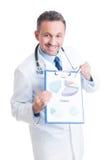 Doctor o médico acertado que muestra beneficio y predicti financieros Foto de archivo
