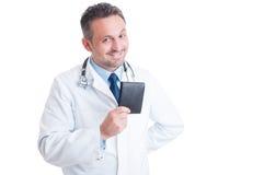 Doctor o médico joven sonriente feliz que sostiene la cartera Imagen de archivo libre de regalías