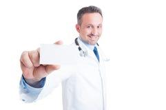 Doctor o médico que muestra la tarjeta de visita en blanco Fotos de archivo