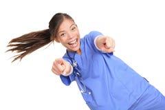 Doctor o nuse femenino emocionado que señala en usted Imágenes de archivo libres de regalías