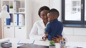 Doctor o pediatra con el paciente del bebé en la clínica metrajes