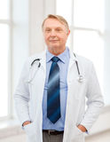 Doctor o profesor sonriente con el estetoscopio Imágenes de archivo libres de regalías