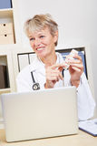Doctor in office recommending Royalty Free Stock Photos