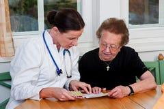 Doctor para discutir medicaciones con los pacientes Fotografía de archivo libre de regalías