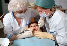Doctor para perforar un diente Foto de archivo libre de regalías