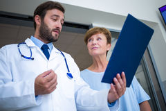 Doctor and patient discussing over report Royalty Free Stock Photos