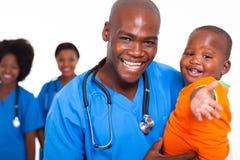 Bebé pediátrico del doctor Fotografía de archivo libre de regalías