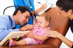 Doctor pediátrico que examina Foto de archivo libre de regalías