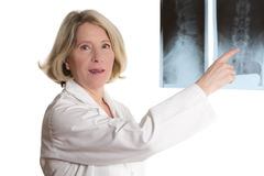 Doctor pointing at radiograph Royalty Free Stock Photos