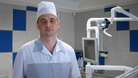 Doctor preocupante del hombre que mira la cámara Imagenes de archivo