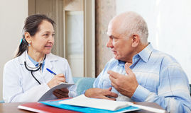 Doctor of prescribes to  patient the medication Royalty Free Stock Photos