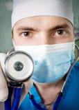 doctor profesional con un estetoscopio en una mano Imagen de archivo libre de regalías