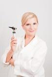 Doctor profesional de sexo femenino joven con la herramienta médica Imagen de archivo libre de regalías