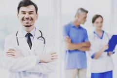 Doctor profesional feliz acertado en clínica Fotografía de archivo