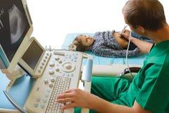 Doctor que analiza al paciente del muchacho con el abdomen Fotografía de archivo