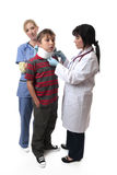 Doctor que aplica el collar cervical Fotografía de archivo