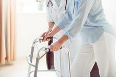 Doctor que ayuda a su paciente Fotografía de archivo libre de regalías