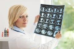 Doctor que comprueba resultados de la radiografía imágenes de archivo libres de regalías