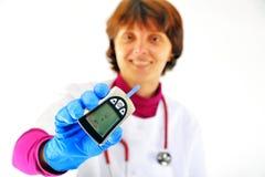 Doctor que controla el azúcar de sangre del diabético imágenes de archivo libres de regalías