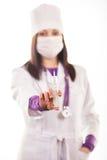 Doctor que cuida joven en el uniforme blanco Imágenes de archivo libres de regalías