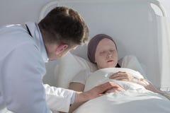 Doctor que cuida sobre mujer del cáncer Foto de archivo