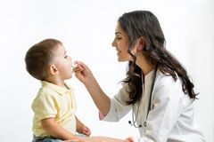 Doctor que da el remedio al niño Imagenes de archivo