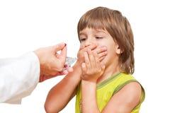 Doctor que da la medicación del niño Imagenes de archivo