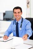 Doctor que da la prescripción Imágenes de archivo libres de regalías