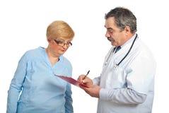Doctor que da la prescripción al paciente Fotografía de archivo libre de regalías