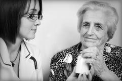 Doctor que da medicin Imagen de archivo libre de regalías