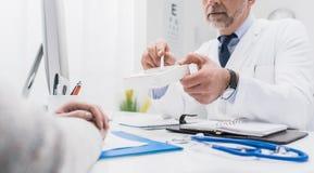 Doctor que da una medicina de la prescripción imágenes de archivo libres de regalías