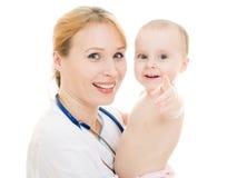 Doctor que detiene a un bebé en sus brazos Foto de archivo