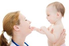 Doctor que detiene a un bebé en sus brazos Imagen de archivo